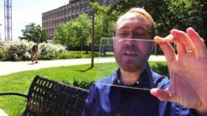 Pesquisador da Startup californiana demonstrando o painel solar transparente
